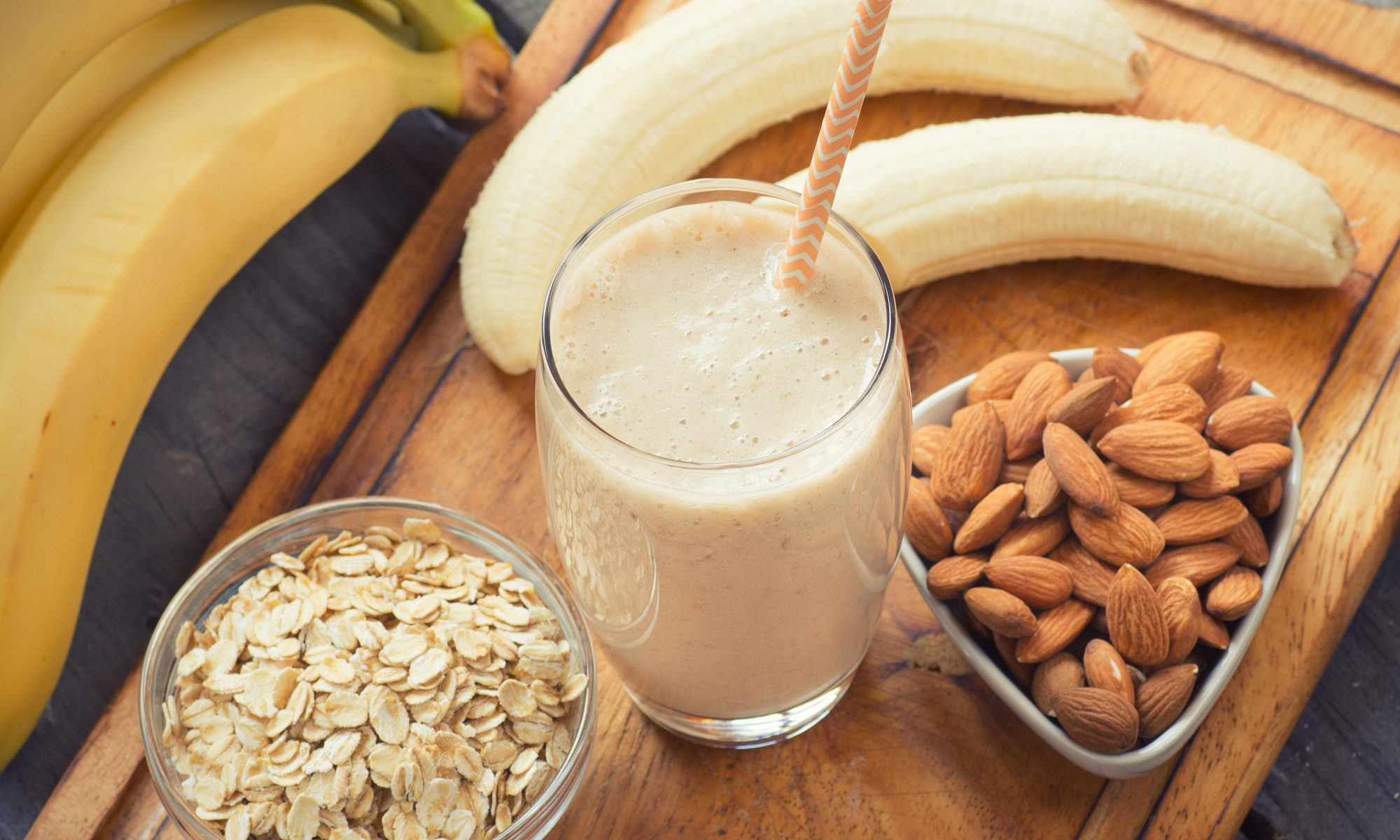 Bananer, nötter, havregryn och en smoothie är mat som hjälper dig att sova