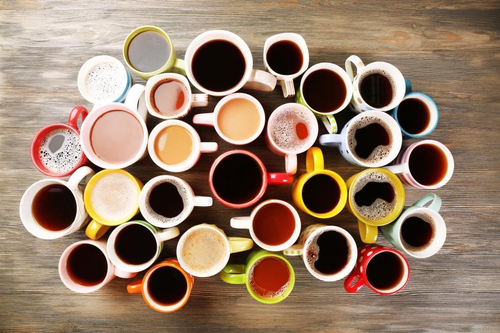 Ett bord med flera koppar kaffe och energidryck